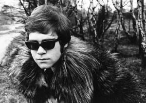 Première photo d'Elton John prise lors de sa première session de photos en Angleterre.