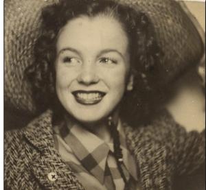 Cette jolie photo est celle d'une jeune bombe nommée Marilyn Monroe avant la gloire et la fortune. Cette photographie rare a été vendue aux enchères pour près de $12.000 ! Pas mal pour une journée de travail.