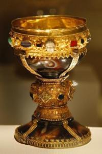 Ces pierres précieuses et tout cet or aurait été ajouté au Moyen Âge .