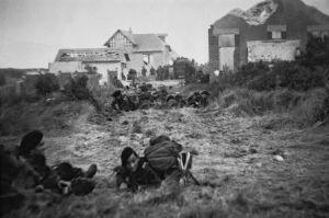 Le commando Kieffer progresse dans Ouistreham, après les combats du 6 juin 1944. (Jose Nicolas / Jacques Witt / Sipa)