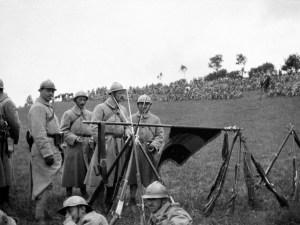 Des Français du 23e régiment d'infanterie. La bataille, qui dure jusqu'au 18 novembre, se soldera par des résultats minimes (une poignée de kilomètres gagnés par les Alliés) et un bilan effroyable : 1,2 million d'hommes mis hors de combat en moins de cinq mois, parmi lesquels 450.000 Allemands, 420.000 Britanniques et 200.000 Français. During the Somme Battle, the French 23RI soldiers are gathered for a parade. A group of them are resting beside the flag of their unit.