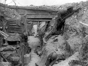 Dans une tranchée, un soldat gallois appartenant au régiment Cheshire. Lors de la première journée de la bataille de la Somme, les Britanniques paient un tribut tragique : près de 20.000 soldats sont tués et 40.000 sont blessés en une demi-journée, fauchés par les mitrailleuses de l'ennemi. Aujourd'hui, le 1er juillet 1916 est considéré comme l'un des jours les plus sombres de l'histoire britannique. World war I : Cheshire Regiment in a trench at the Battle of the Somme World History Archive