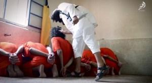 Les prisonniers sont sélectionnés un à un avant d'être égorgés
