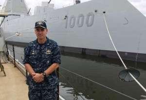 Le capitaine James Kirk devant le  fameux destroyer furtif .
