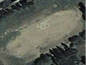 Gemma Sheridan, citoyenne britannique, fut secourue après que son signe SOS ait été détecté sur Google Earth, en tout cas c'est l'histoire qu'on a racontée à propos de ce canular. L'image ci-dessus, l'image Google Earth du signe SOS de la prétendue naufragée, provient en réalité d'une enquête faite en 2010 par Amnistie internationale sur les violences au Kirghizstan.