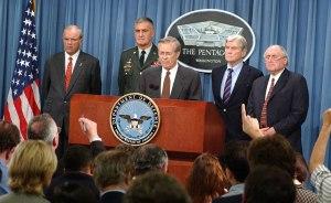 L'après-midi du 11-Septembre, Donald Rumsfeld tient une conférence de presse historique en compagnie du chef d'état-major interarmées Hugh Shelton, des sénateurs républicain et démocrate John Warner et Carl Levin, et de… Thomas White, ex haut dirigeant chez Enron, responsable de fraudes massives et nommé secrétaire de l'Armée en mai 2001 (à gauche).