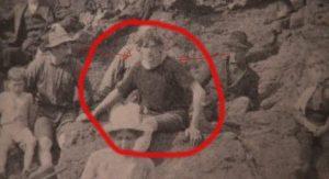 L'homme entouré sur cette photo publiée dans le livre intitulé The Cape Scott Story a été découvert par Jamie Grant. La photo datée de 1917 montre quelques pionniers habillés avec des vêtements et des couvre-chefs typiques de l'époque et un «?explorateur temporel?» sortant du lot avec ses cheveux longs et son vieux t-shirt. L'homme à sa gauche semble le fixer du regard avec incrédulité…