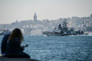 Le bateau de guerre russe class Corvette 617 «Mirazh» traverse le Bosphore à Istanbul et se dirige vers la Syrie, le 7 octobre 2016. On place ses pions.