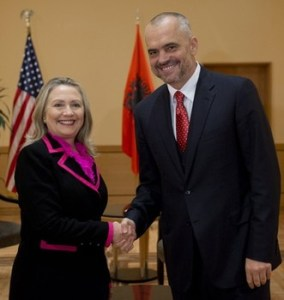 Hillary Clinton et Edi Rama US Secretary of State Hillary Clinton shakes hands with Albanian Socialist Party Chief Edi Rama prior to a meeting in Tirana, Albania, Thursday, Nov. 1, 2012. Hillary Clinton arrived in EU-hopeful Albania on the last leg of her Balkans tour where she is expected to urge opposing political sides to work together to push through reforms demanded by Brussels. (AP Photo/Saul Loeb, Pool)