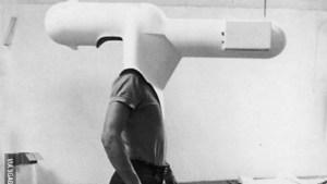 """""""Salon Portable"""" – 1967 Celui-ci a été le premier prototype de salon portable, un modèle innovateur, mais qui, dès le début, il a suscité l'hilarité générale. Conçu par l'architecte autrichien Walter Pichler, ce qui a été appelé """"salon portable"""" c'est un casque peint en polyester blanc, avec télévision intégrée. C'était le temps de la Guerre Froide et cette invention représentait déjà à l'époque une critique à l'isolement auquel les médias induisent et le """"bombardement"""" qu'ils opèrent contre la population"""