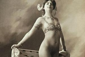 Dans son interprétation de la déessse Shiva,elle aurait commencer par se dévêtir par ...le bas,contrairement aux habitudfes ancrées des spectacles de strip-tease,.