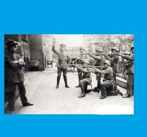 Cette photo  dite de 1919...sera une mise en scène communiste pour chercher   une sympathie.Il s'agit d'une période  très sanglante de l'histoire allemande ou les communistes cherchaient à recruter  au maximum.Les archives  de l'Allemagne de l'Est signalent que l'événement aurait eu lieu à Munich.
