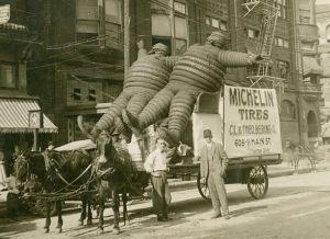 Le précurceur du bonhomme Michelin  dans une campagne publicitaire  à New York,au début du siècle passé.