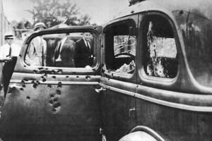 La voiture de Bonnie et Clyde après  la fusillade fatale .Cette paire de criminels de l'ère de la Grande Dépression n'a pas été  très loin, le 23 mai 1934. Ils ont été abattus par la police après des années de vols et commettent plusieurs évasions.