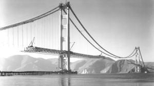 La construction du fameux  pont  Golden Gate  a commencé le 5 Janvier 1933 et a coûté 35 millions $ pour la construction. Cependant, il a été achevé en avance sur le calendrier prévisionnel et du  budget de 1,3 M $. Assez impressionnant pour une telle entreprise énorme.