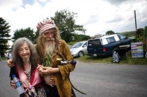 Pas sûr qu'ils carburent seulement à l'eau minérale. Pour Grandpa Woodstock et son épouse Queen Estar, le temps s'est arrêté en août 1969.
