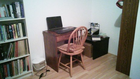 Mon bureau pour écrire sans distraction (à part les livres!)