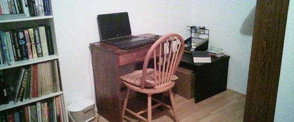 Mon bureau d'écriture sans distraction (à part les livres!)