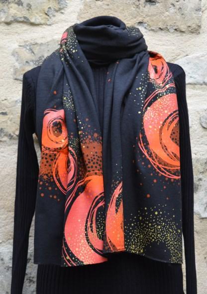 Étole en maille de laine mélangée noire, imprimée en sérigraphie