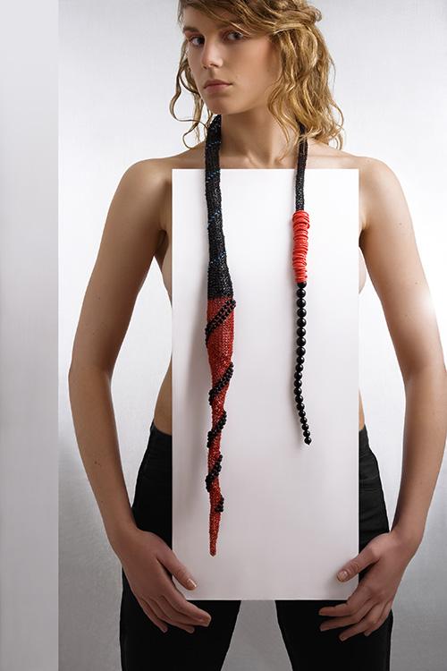 parure-rouge-noir-métal-crocheté-perles-michele-forest-design-pièce-unique