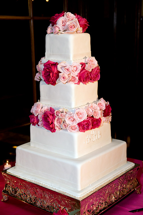 The cake adorned with flowers.