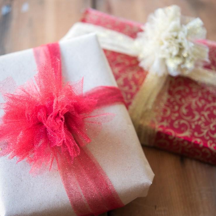 DIY Mini Tulle Pom-Poms as Gift Toppers