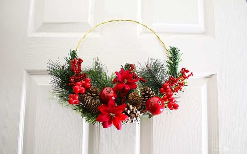 Diy gold hoop christmas wreath