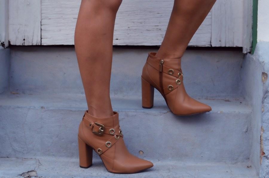 e52e9aef23338 A intensidade desse sentimento ganha vida nos calçados bicolores e nos  patchworks, no uso do Black and White, nos metalizados envelhecidos em  bronze e ...