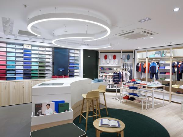 bf7ad4d6d82d No início do ano, a LACOSTE, marca francesa de estilo de vida conhecida por  seu logo de crocodilo, suas camisas polo emblemáticas e casualwear premium  ...