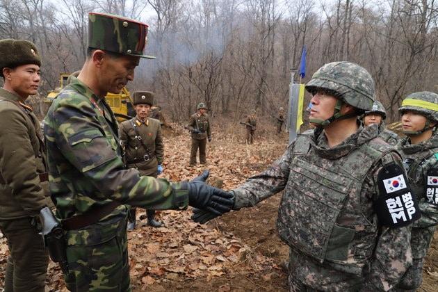 남북 군사당국 관계자들이 22일 군사분계선(MDL) 근처에서 도로개설을 위해 만나 인사를 나누고 있다.