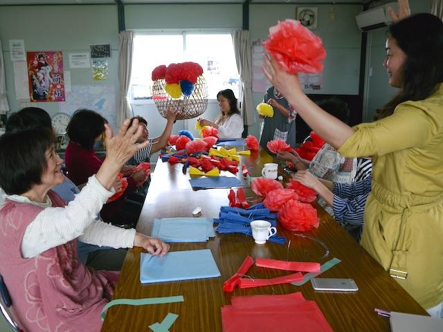 仮設住宅の集会所での七夕飾り作りの様子。色柄を決めているところ。