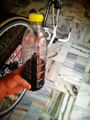 Ta butelka nadaję się względnie, ja na koniec rozkroiłem ją nożem :)