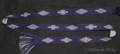 Galon avec des motifs de Humikkala et Snartemo, en laine teintée bois de campêche, technique du sergé.