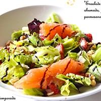 Ensalada de salmón ahumado, fresas y parmesano