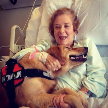 Mujer y perro abrazándose