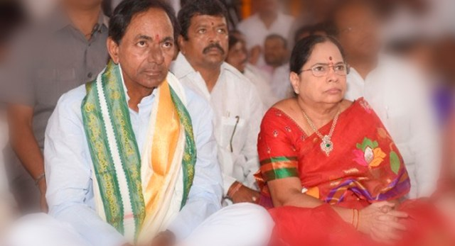 Telugu news CM KCR helicopter journey cancelled as bad weather and going in car to chintamadaka village to cast vote in Telangana assembly elections