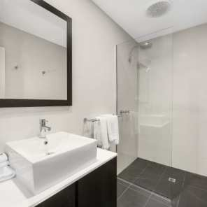 Mid_City_Premium_Bathroom2_640_426
