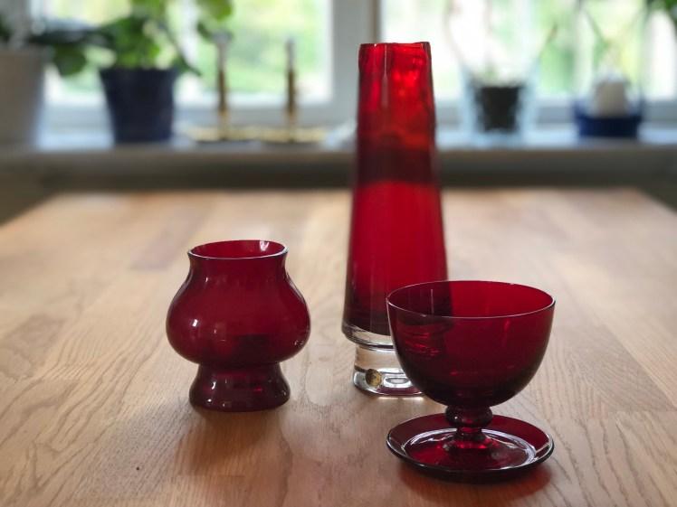 Det röda glaset var något av en signatur för Reijmyre.  Bra recept för fin dukning