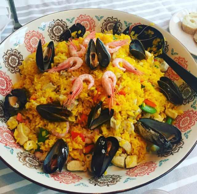 Spansk paella, vackra färger och goda smaker. Receptet är enkelt men ingredienserna är ganska många