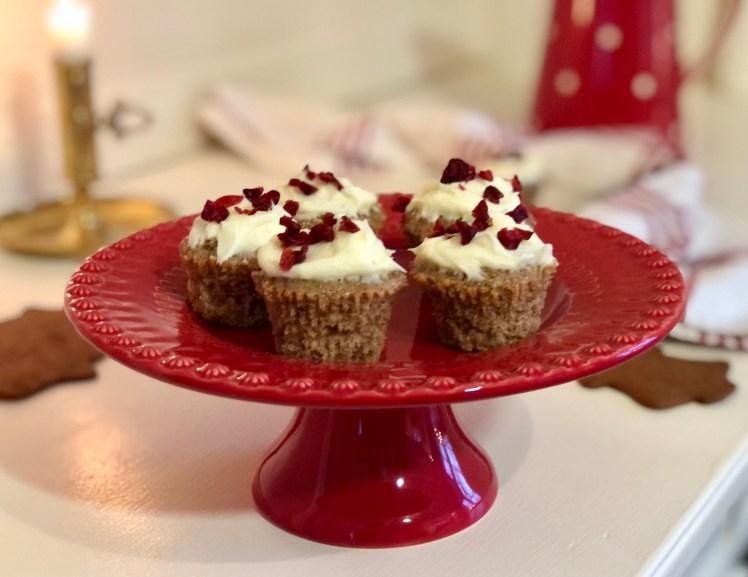 Pepparkaksmuffins med cream cheese frosting och torkade tranbär