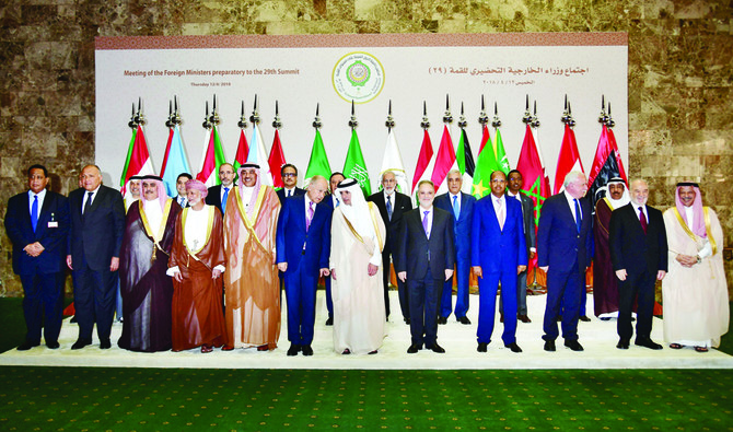 Foreign Ministers pose for a group picture during the preparatory meeting of Arab Foreign Ministers ahead of the 28th Summit of the Arab League in Riyadh on April 12, 2018. / AFP / GIUSEPPE CACACE