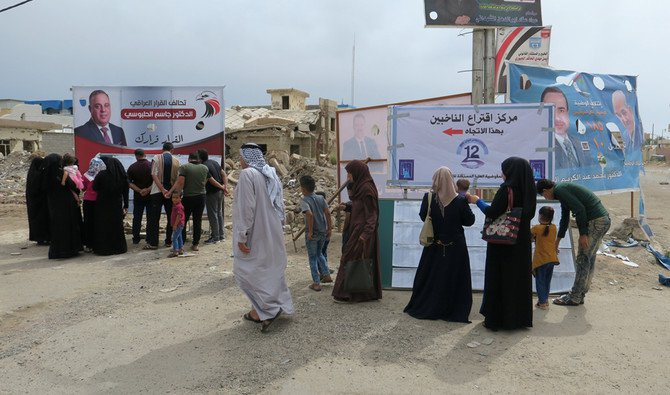 Iraqis line up to check where they are registered to vote during a parliamentary election in Falluja, Iraq on May 12, 2018. (REUTERS)