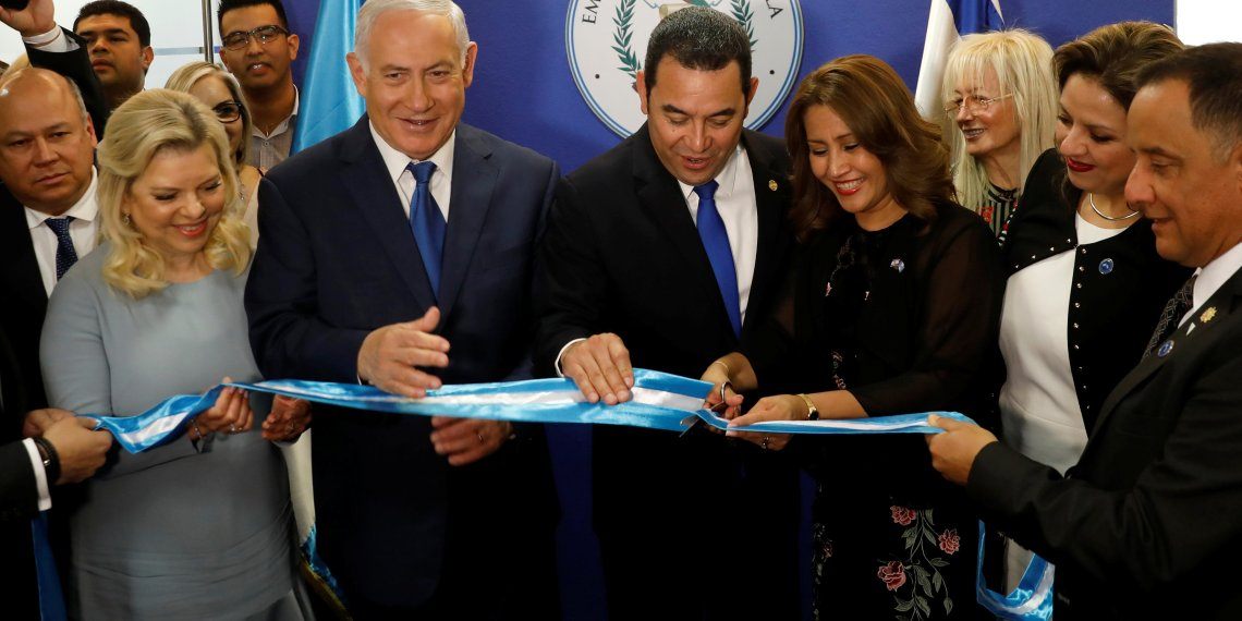 Hilda Patricia Marroquin, the wife of Guatemalan President Jimmy Morales, cuts the ribbon during the dedication ceremony of the embassy of Guatemala in Jerusalem, as she stands with Guatemalan President Jimmy Morales, Israeli Prime Minister Benjamin Netanyahu and his wife Sara, and Guatemalan Foreign Minister Sandra Jovel Polanco, May 16, 2018. REUTERS/Ronen Zvulun/Pool