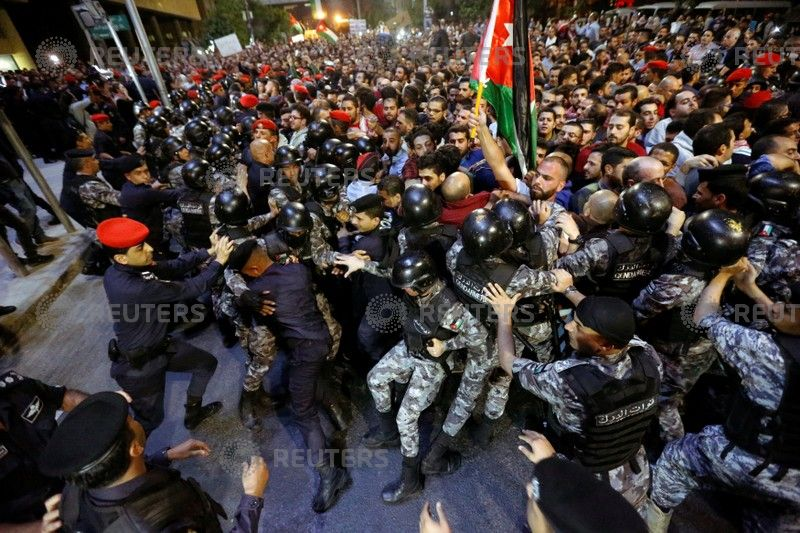Policemen clash with protesters near the Jordan's Prime Minister's office in Amman, Jordan June 3, 2018. REUTERS/Muhammad Hamed