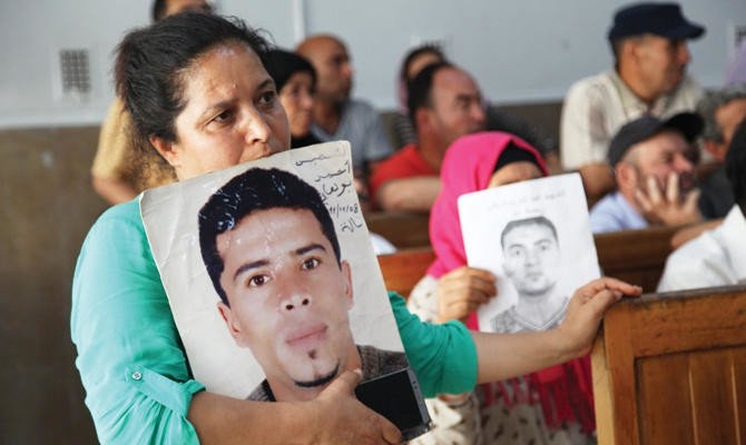 Families of victims mourn their relatives in the Tunisian city of Kasserine./ AFP