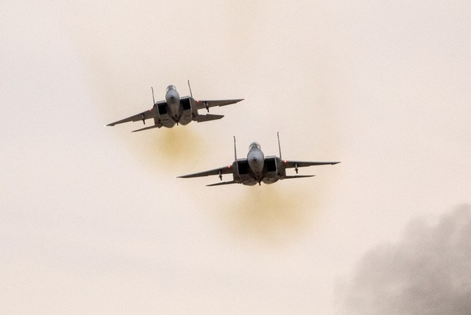 Israeli F-15 I fighter jets perform during an air show at the graduation ceremony of Israeli air force pilots at the Hatzerim Israeli Air Force base in the Negev desert, near the southern Israeli city of Beer Sheva, on December 27, 2017. / AFP PHOTO / JACK GUEZ