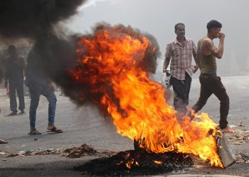 Protesters block a street with burning tires after the Yemeni Riyal has severely plunged against foreign currencies, in Aden, Yemen September 2, 2018. REUTERS/Fawaz Salman