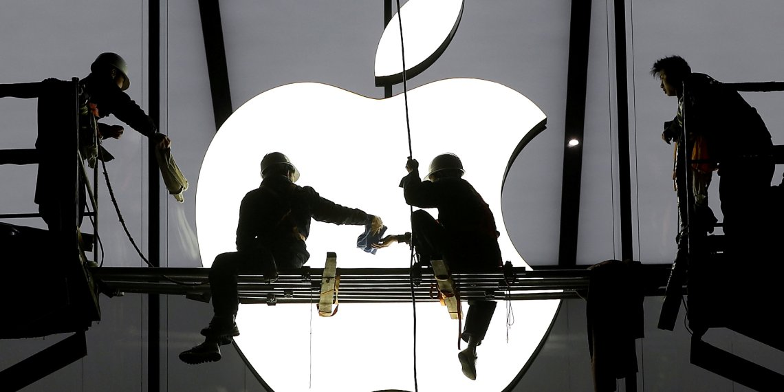 FILE PHOTO: Workers prepare for the opening of an Apple store in Hangzhou, Zhejiang province, China January 23, 2015. REUTERS/Chance Chan/File Photo