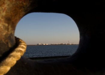 FILE PHOTO: EDITORS' NOTE: Reuters and other foreign media are subject to Iranian restrictions on leaving the office to report, film or take pictures in Tehran. A general view of an oil dock is seen from a ship at the port of Kalantari in the city of Chabahar, 300km (186 miles) east of the Strait of Hormuz January 17, 2012. REUTERS/Raheb Homavandi/File Photo