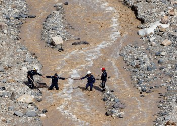 Civil defense members look for survivors after rain storms unleashed flash floods, near the Dead Sea, Jordan October 26, 2018. REUTERS/Muhammad Hamed